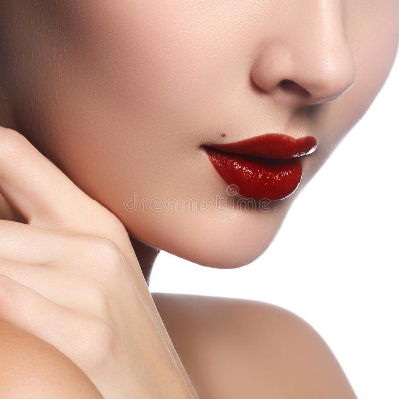 Close-up van vrouwen` s lippen met heldere manier donkerrode glanzende mak royalty-vrije stock foto's