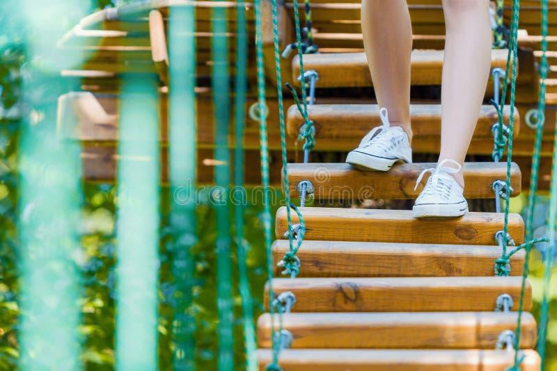 Close-up van vrouwenbenen in extreem kabelpark royalty-vrije stock afbeeldingen