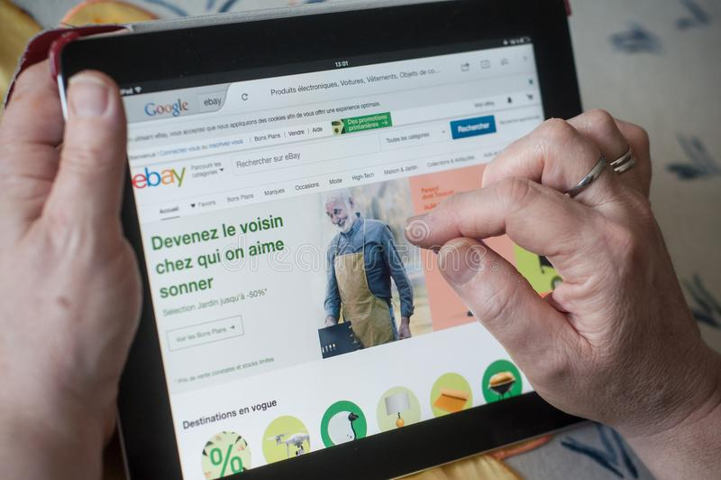 close-up van vrouwenhanden op de Ebay-homepage van website op tablet royalty-vrije stock afbeeldingen