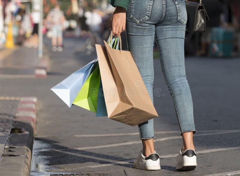 Close-up van vrouwenholding het winkelen zakken stock fotografie