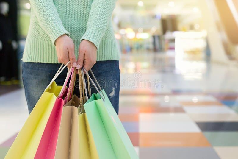 Close-up van vrouwenholding het winkelen zakken in wandelgalerij met exemplaarruimte royalty-vrije stock fotografie