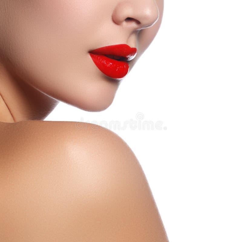 Close-up van vrouwenlippen wordt geschoten met glanzende rode lippenstift die Glamour aangaande stock foto