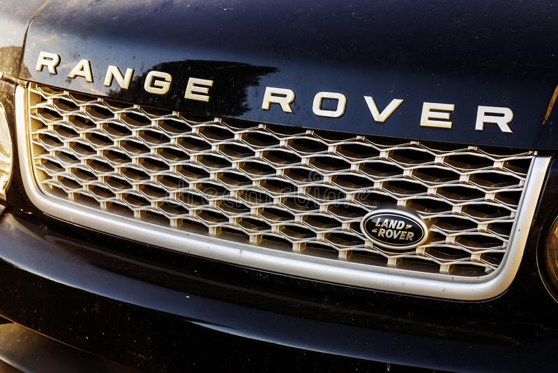 Close-up van vuil Range Rover-chroom autotraliewerk met Land Rover-embleem stock foto