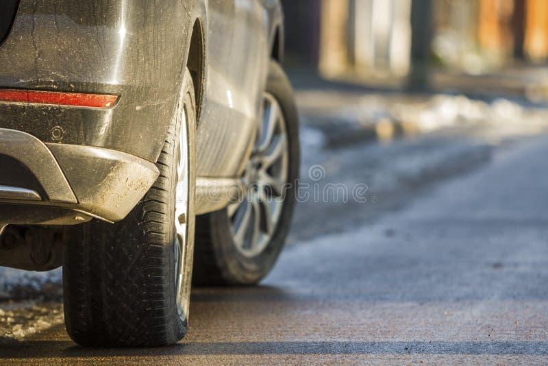 Close-up van vuile die auto aan een kant van de straat wordt geparkeerd stock afbeeldingen