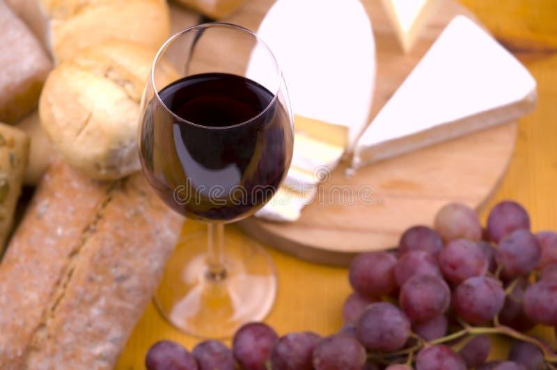 Close-up van wijnglas met voedsel op achtergrond royalty-vrije stock afbeelding