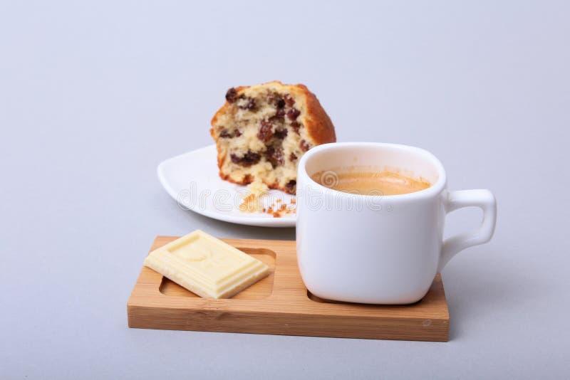 Close-up van witte kop van cappuccinokoffie en chocoladecake royalty-vrije stock foto's