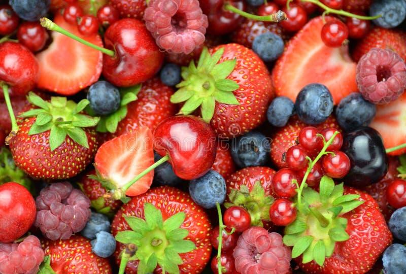Close-up van zacht fruiten, aardbeien, frambozen, kersen, bosbessen, bessen royalty-vrije stock afbeeldingen