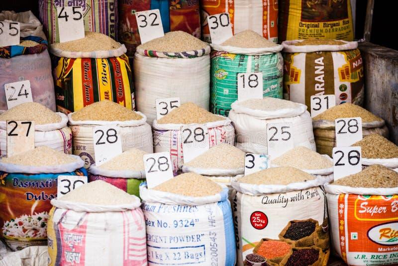 Close-up van zakken van graangewassen en kruiden in een lokale markt van het land met Italiaanse namen en prijzen royalty-vrije stock afbeelding