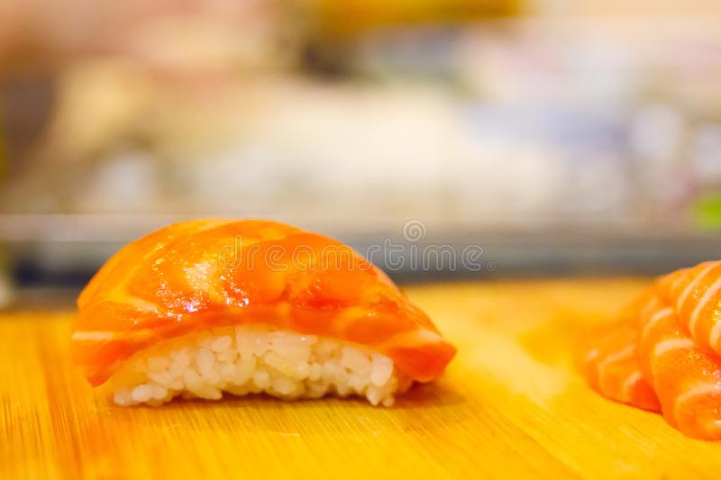 Close-up van zalmsushi stock afbeeldingen