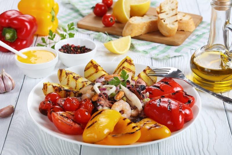 Close-up van zeevruchtensalade en geroosterde groenten royalty-vrije stock afbeelding