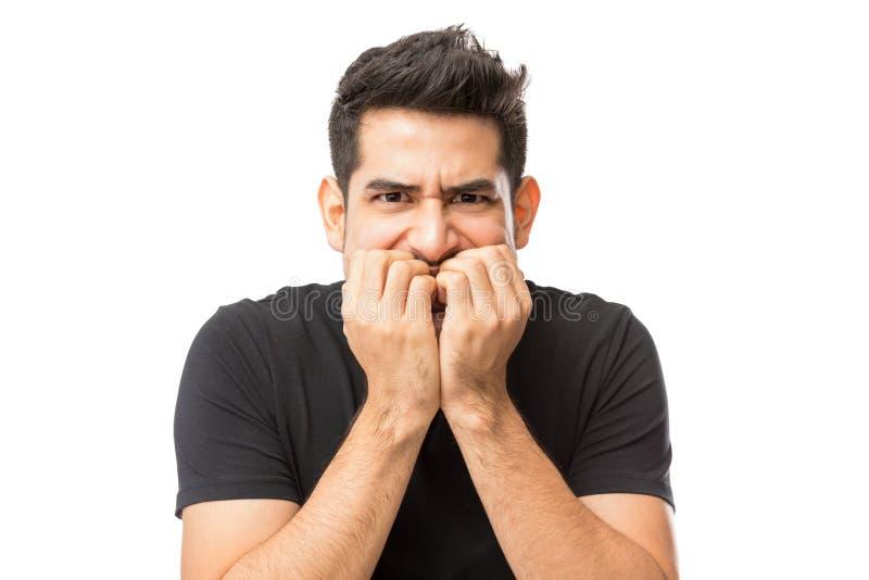 Close-up van Zenuwachtige Jonge Mens het Bijten Vingerspijkers stock afbeeldingen