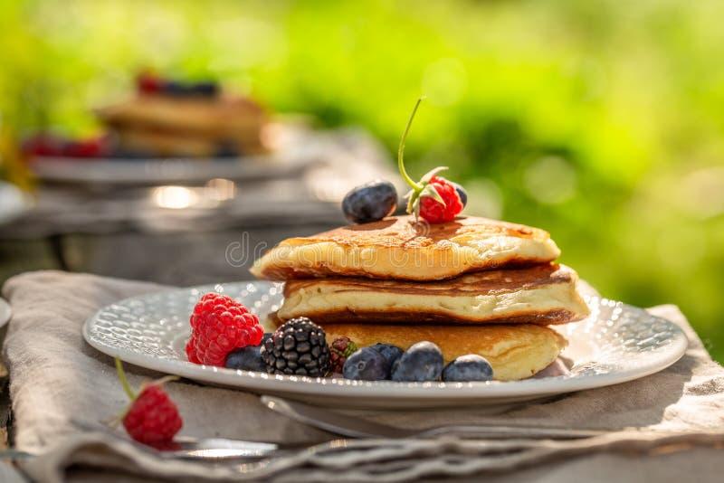 Close-up van zoete pannekoeken met verse bosbessen en honing stock foto