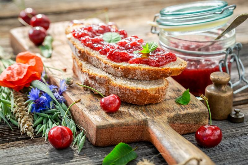 Close-up van zoete sandwich met verse kersenjam stock foto