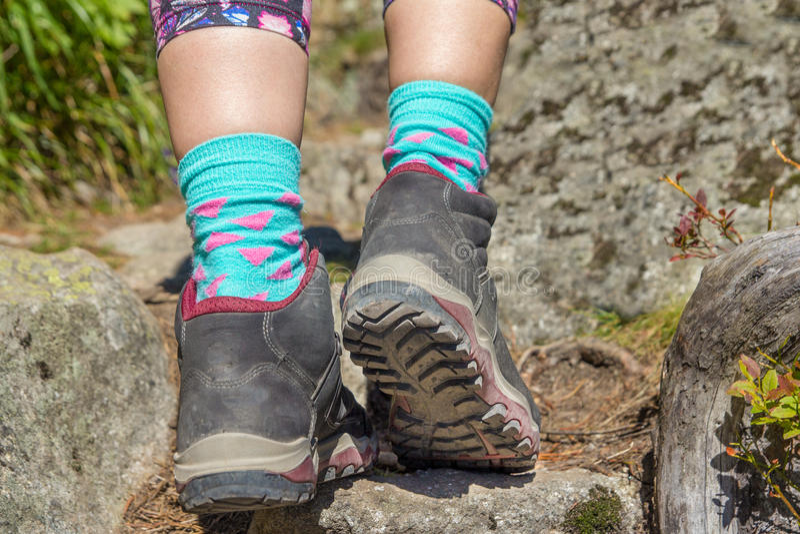 Close-up van zool van vrouw wandelingslaarzen in bergen stock afbeeldingen