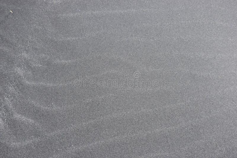 Close-up van zwart zand bij het strand in IJsland stock fotografie