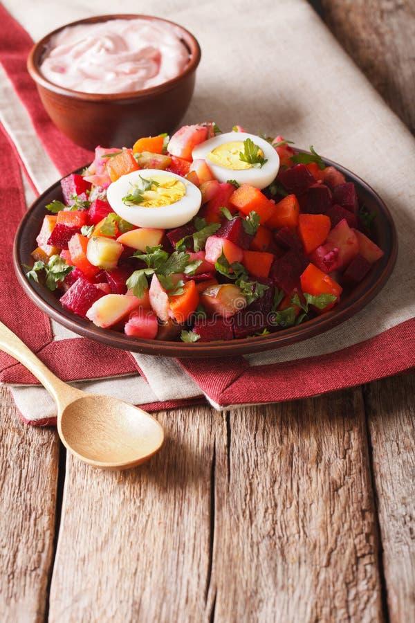 Close-up vegetal da salada e do molho do rosolli finlandês vertical foto de stock