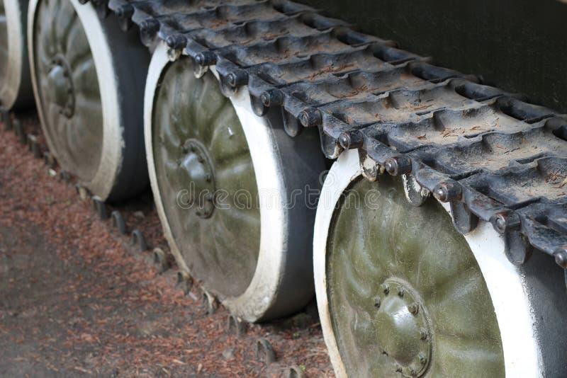 Close up velho das rodas de trilha de tanque de exército fotos de stock