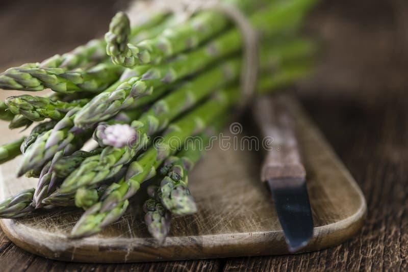 Close-up verde do aspargo disparado na madeira imagens de stock royalty free