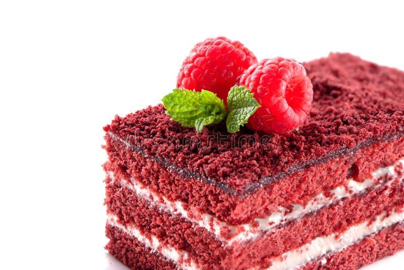 Close-up vermelho da parte do bolo de veludo isolado no fundo branco imagem de stock royalty free