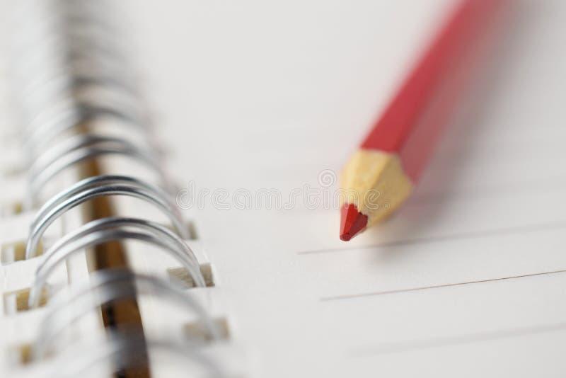 Close-up vermelho do caderno do lápis foto de stock
