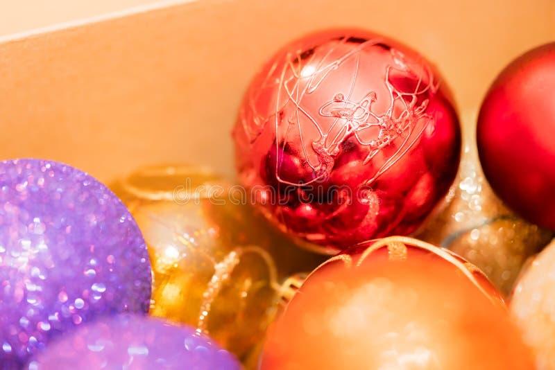 Close up vermelho, roxo e amarelo das decorações do Natal fotos de stock royalty free