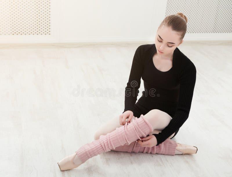 Close up vestindo das polainas do dançarino de bailado imagens de stock royalty free