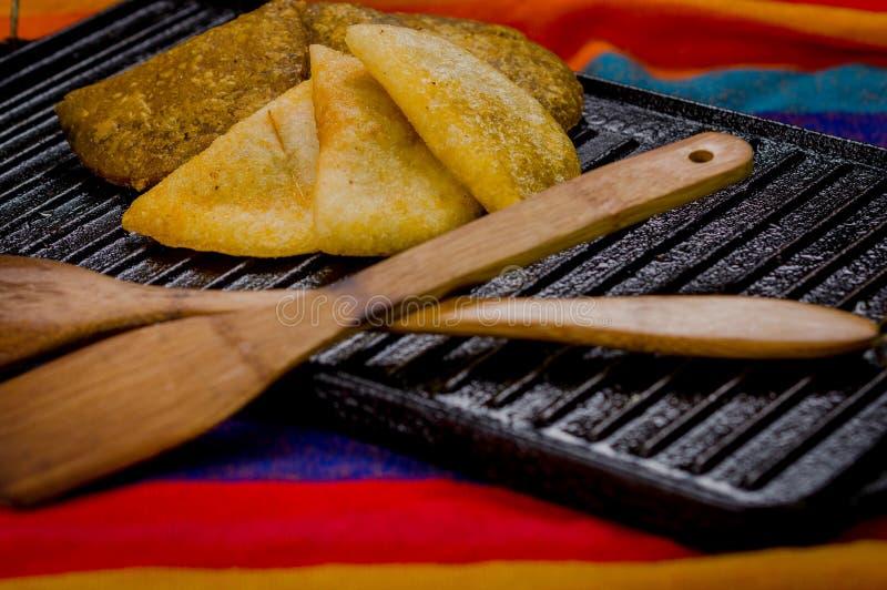 Close-up vijf prachtig het gekleurde empanadas liggen stock afbeelding