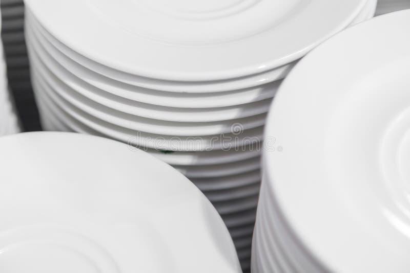 Close-up voor groep witte platen royalty-vrije stock afbeeldingen