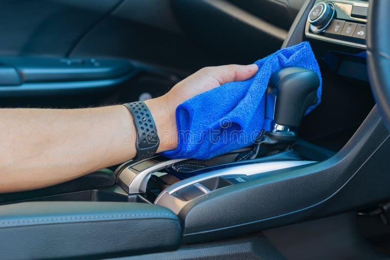 Close-up voor toestel van de mensen het oppoetsende schoonmakende auto met microfiberdoek royalty-vrije stock fotografie