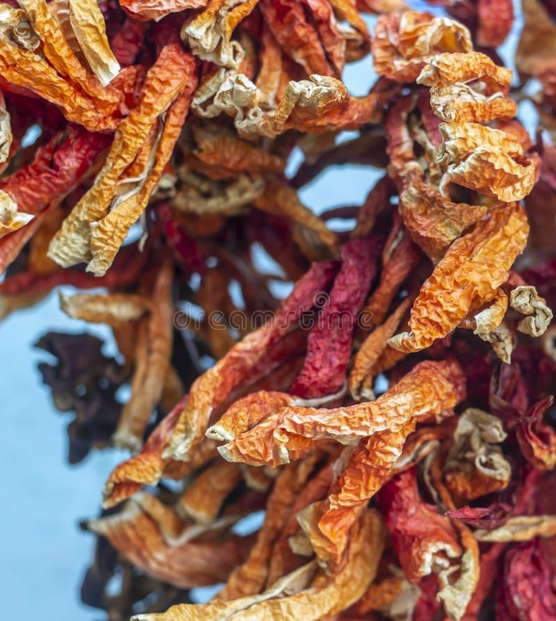 Close-up voorspruit voor droge kleurrijke peper met traditionele het hangen methode in Turkije royalty-vrije stock foto