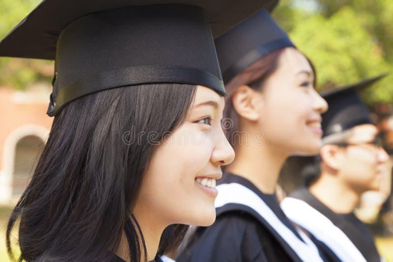 Close-up vrij vrouwelijke universitaire gediplomeerde bij ceremonie royalty-vrije stock afbeeldingen