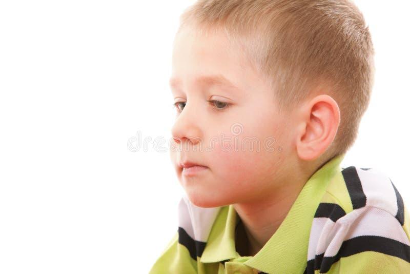 Close-up weinig nadenkend jongensportret stock foto