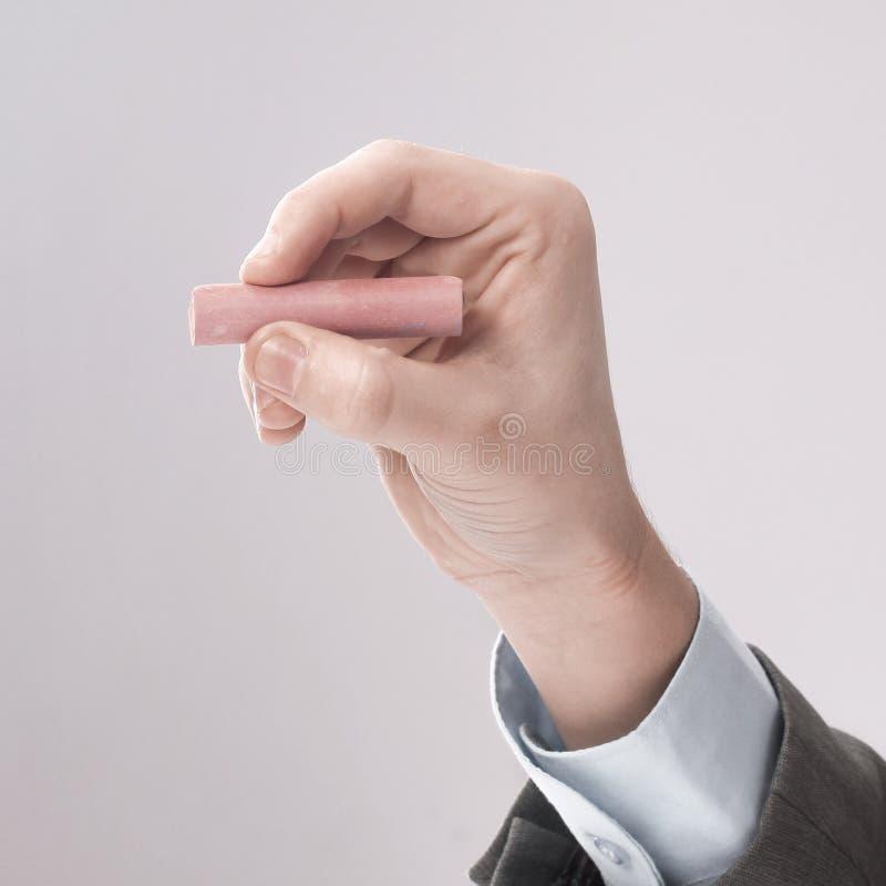 close-up zakenman die een krijt trekken op een leeg bord stock afbeelding