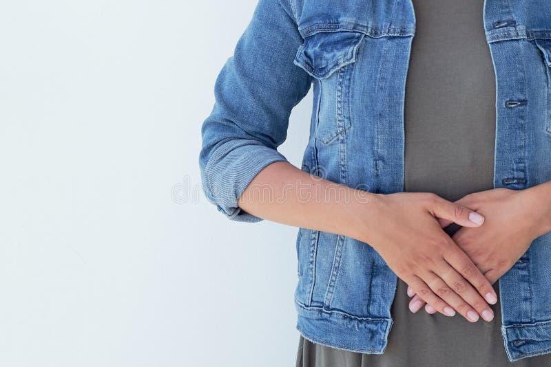 Close-up zieke jonge vrouw op bank concept die aan buikpijn lijden stock afbeeldingen