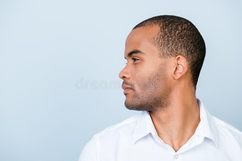 Close-up zijfoto die van de Afrikaanse bedrijfsmens, zich in witte FO bevinden stock foto