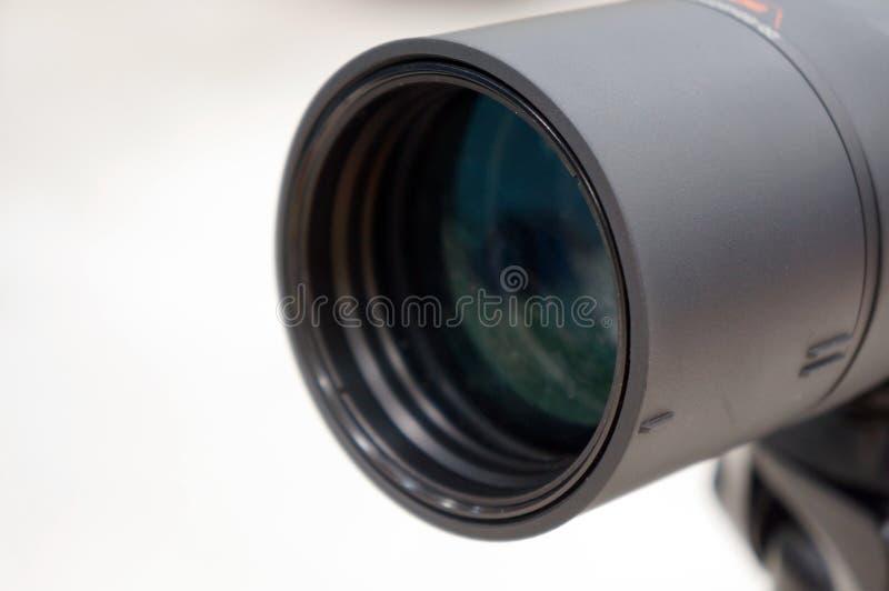 Close-up zwarte verrekijkers of een telescooplens stock afbeelding