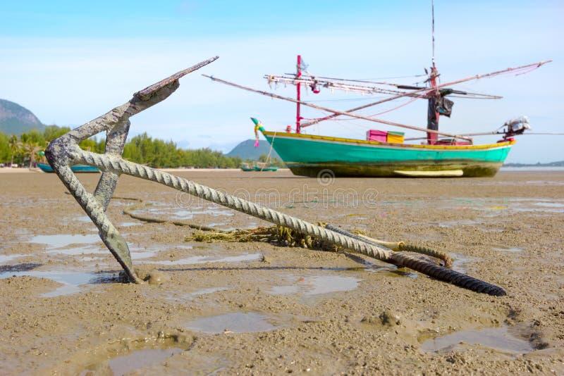 Close-upanker met vissersboot op de kust royalty-vrije stock fotografie
