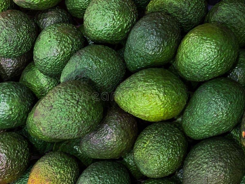 Close-upavocado bij markt voor voedselachtergrond royalty-vrije stock afbeeldingen