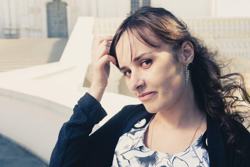 Close-upbeeld van aantrekkelijk brunette in openlucht stock afbeelding