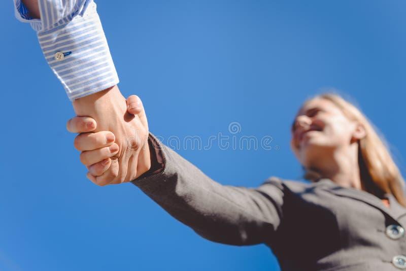 Close-upbeeld van bedrijfsmensenhandenschudden  stock fotografie