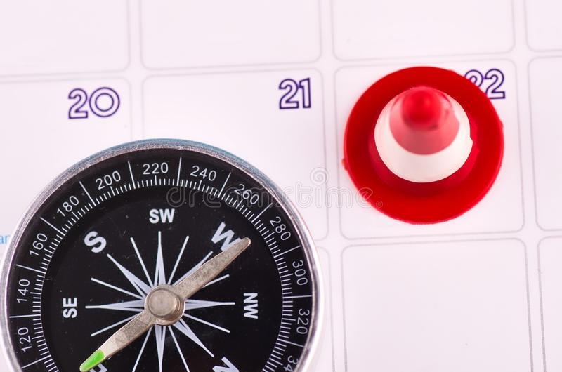 close-upbeeld van compas op ontwerperskalender stock foto's