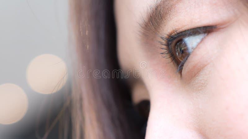 Close-upbeeld van een mooie smiley Aziatische vrouw met goed het voelen stock afbeeldingen