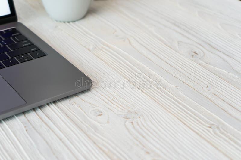 Close-upbeeld van een toetsenbord met telefoon en computerlaptop t royalty-vrije stock fotografie