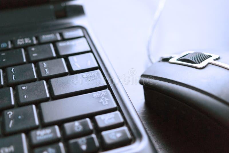 Close-upbeeld van Getelegrafeerd Computermuis en Laptop Toetsenbord Elektronische handel, online het winkelen concept stock foto's