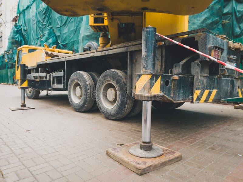 Close-upbeeld van hydraulische zuigers van de mobiele de bouwkraan stock foto
