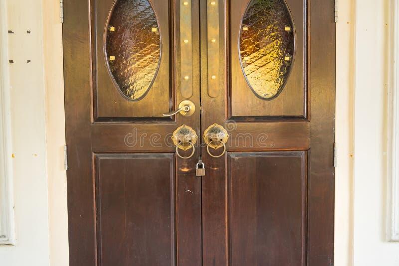 Close-upbeeld van oude deur met de deurkruk van het cirkelijzer Phuket thailand stock fotografie