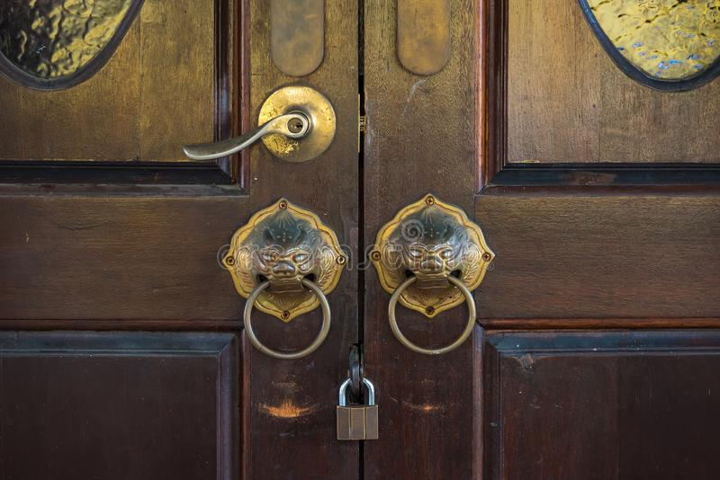 Close-upbeeld van oude deur met de deurkruk van het cirkelijzer Phuket thailand stock foto