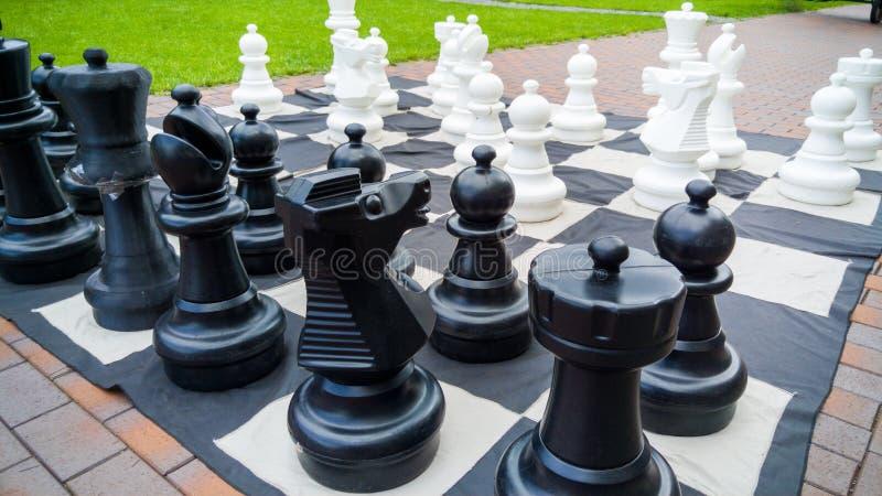 Close-upbeeld van reuzeschaakbord en schaakcijfers in park Vermaak en pret voor familie in openlucht stock fotografie