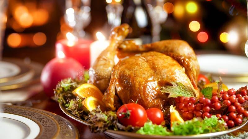 Close-upbeeld van smakelijke kip op grote schotel met groenten op familie feestelijk diner stock afbeeldingen