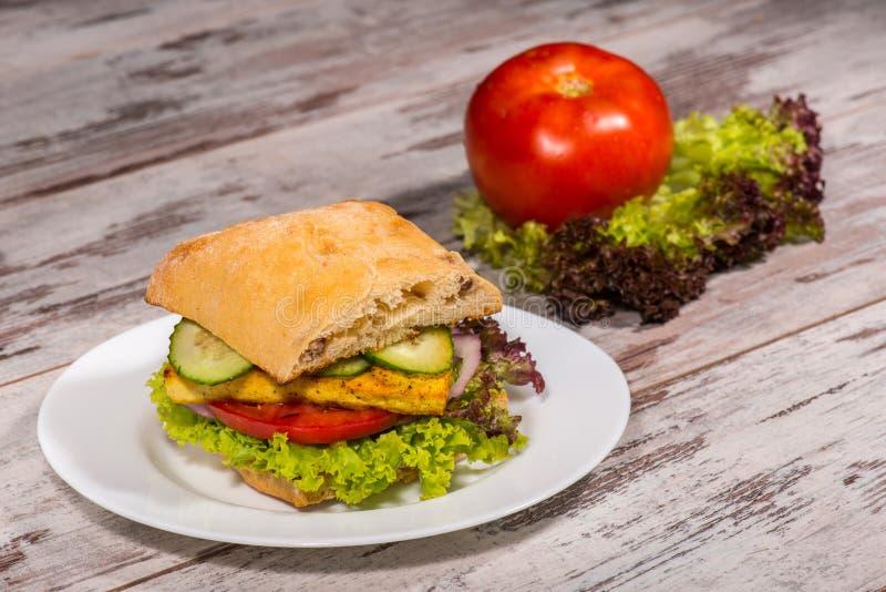 Close-upbeeld van vegetarische sandwich met tofu royalty-vrije stock afbeeldingen